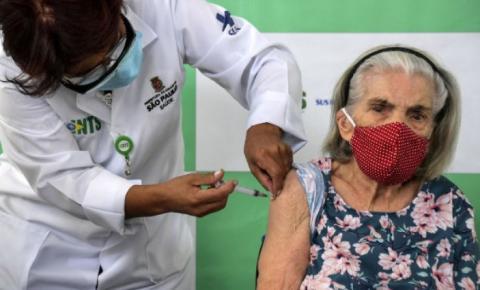 Governo afirma que todos os idosos com mais de 90 anos já foram vacinados; municípios desmentem