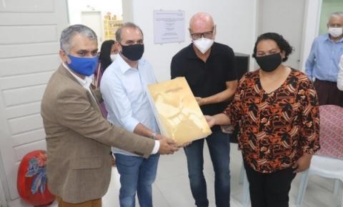 Secretário de Comunicação Enio Lins entrega coleções do Jornal Correio da Pedra em Delmiro Gouveia