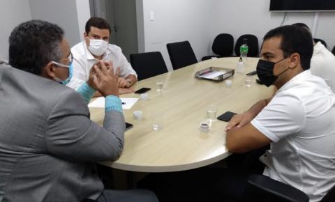 Vereadores confirmam com secretário Municipal de Saúde Pedro Madeiro vacinação para Assistentes Sociais