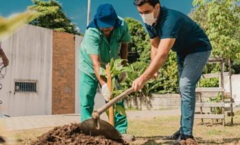 Prefeito de Maceió, JHC, acompanha serviços de limpeza e educação ambiental no Jacintinho