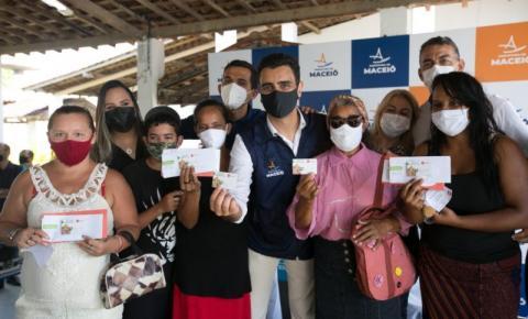 Prefeito JHC entrega ticket alimentação para auxiliar famílias em vulnerabilidade social
