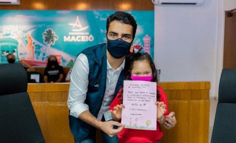 Prefeito de Maceió, JHC, recebe crianças e reafirma compromisso com a infância