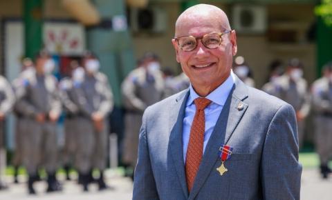 PM-AL Agracia Ênio Lins com a Medalha Zumbi dos Palmares