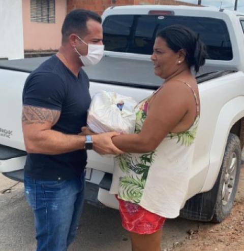 VEREADOR AUGUSTO GRANJEIRO SEGUE COM ENTREGA DE CESTAS BÁSICAS